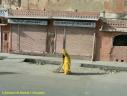 Femme intouchable balayant la rue