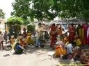 rassemblement de pélerins devant un temple hindou à Orccha