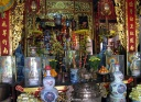 Offrandes dans un temple bouddhiste
