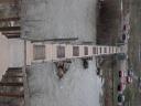 La passerelle reliant les Trois Tours et le Sud de la ville de Mitrovica (Kosovo)